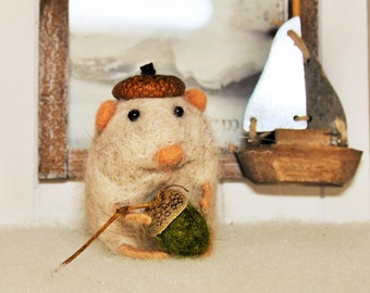 Little hamster with an acorn - Gift for friend - Needlefelted - One of a kind - Eco friendly - Soft sculpture