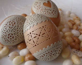 Carved Peek-a-boo Lace Egg: Green and Brown Chicken Egg