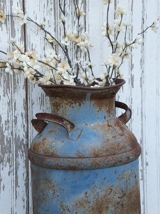 Vintage metal milk can blue chippy farm primitive rustic for Aluminum can decorations