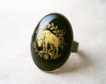 Taurus Ring. Vintage Zodiac Ring. Astrology Jewelry. Black and Gold Ring. Taurus Star Sign Jewelry. Antique Bronze with Gold-Etched Cabochon