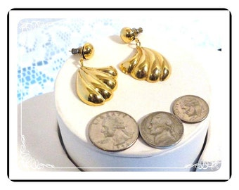 Goldtone Pierced Earrings - Dangling Shell  E600b-08051200.