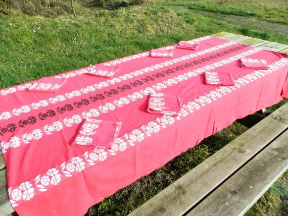 Rectangular Red, White and Black French Linen Mid Century Table Cloth with 10 Napkins, Table Linen from France, 1960s Home Interior Decor