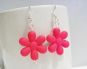 Bright neon pink retro 80's plastic daisy earrings - neon earrings - retro 1980's style earrings - neon jewelry - daisy earrings