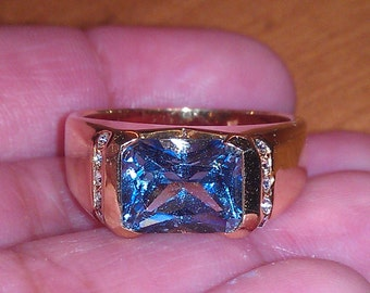 Beautiful Goldtone Faceted Blue Glass Ring Size 9