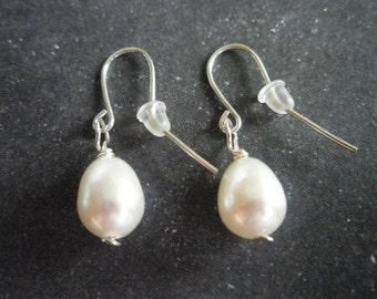 White fereshwaterpearl earrings with sterling silver hooks.