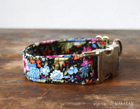 Fairy Tale  dog collar. Adjustable and handmade with 100% cotton fabric. Flower pattern blue and fucsia. Wakakan
