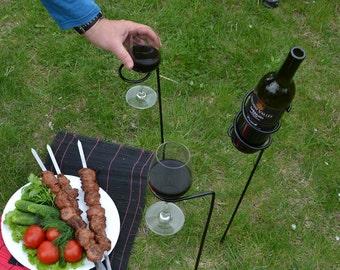 Iron wine holder for outdoors, 2 outdoor wineglasses and 1 wine bottle holder