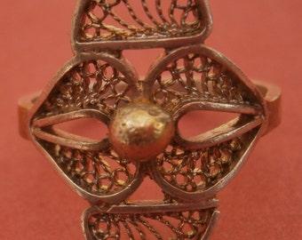A415) A lovely vintage silver tone white metal wire filigree souvenir ring.