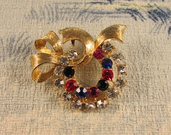 Late 1950s gold-tone ribbon bow & wreath brooch, multicoloured rhinestones