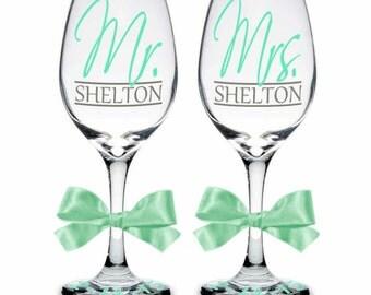 Set of 2 Mr. & Mrs. Personalized Wine Glasses, Bride Gift, Groom Gift, Wedding Couple Gift