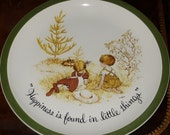 """HOLLY HOBBIE PLATE 1970s """"Happiness is ..."""" 10+ inches - For bookshelf, curio, wall, anywhere! Think """"That 70s Show!"""" - Free Shipping! Cool!"""