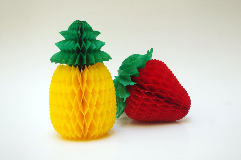 satz von zwei waben papier obst ananas und eine erdbeere. Black Bedroom Furniture Sets. Home Design Ideas
