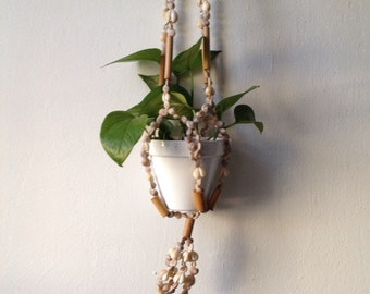 boho hanging seashell wood bead planter. mid century bohemian hanging planter. vintage 1970s macrame wooden shell planter. boho chic decor.