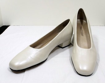 TROTTERS Pearl White Pumps Size 8SS Narrow