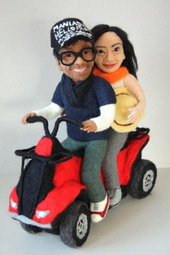 Poupées de portrait sur quad. Homme indien et femme asiatique avec quad en laine. Dimensions : 40cm.
