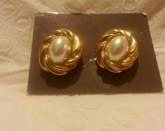 Vintage Avon Gold Like Metal Earrings