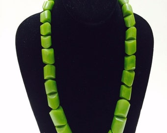 Vintage Bakelite Necklace in Marbleized Green
