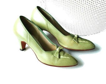 Glamour vintage 50s sage genuine leather pumps with a bow.Made by Foot Saver. Size 7 A.