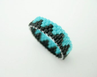 Peyote Ring / Thin Beaded Ring / Seed bead Ring in Turquoise and Black / Size 6 Ring / Peyote Band / Delica Ring / Geometric Ring /