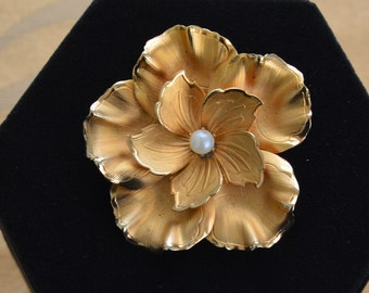 Pretty Vintage Faux Pearl, Gold tone Floral Brooch (P11)