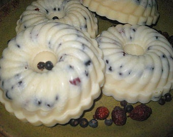 Very BERRY Bundt Melting Cake with Natural Soy Wax and Berry fragrance scent strong melting tart to simmer in melter with rosehips