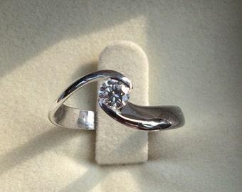 Anello di fidanzamento in oro e diamante.