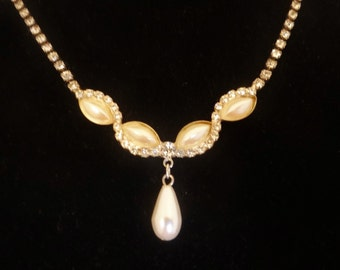"""Vintage silver tone 17"""" rhinestone and pearl necklace in great condition"""