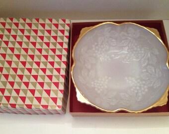 Anchor Hocking Milk Glass Dish in Original Box Made in USA Lancaster Ohio 657 Grapevine