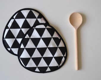 potholders set in black and white triangle print - mothersday gift - black and white fabric potholders - rounded potholders