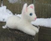 White Felt Kitten / Needle Felted Wool Cat Animal Sculpture / Miniature Waldorf Animal Figurine / Cute Toy Kitten