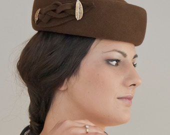 Hat pillbox with felt-brown