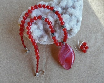 18 Inch Red Striped Fire Agate Pendant Necklace with Earrings