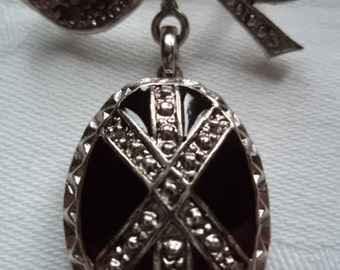 Vintage Unsigned Silvertone/Black Oval Locket/Brooch/Pin  Opens/Closes