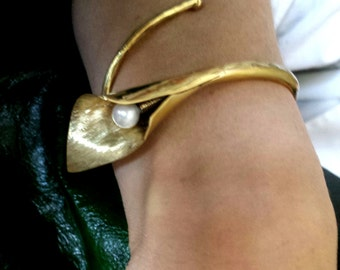 Brass bracelet, forget with calla flower hand pearl
