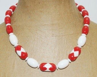"""Avon Red White Thermoset Geometric Egg Lucite Beads 20"""" Necklace 5/8"""" Wide"""