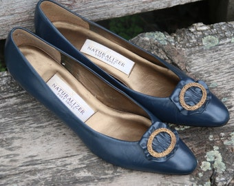 Vintage Navy Blue Leather Naturalizer Pumps. 1980's Heels. Bold Blue Shoes. Blue and Gold. Nautical Theme Shoes. Classic. Bombshell. Navy.