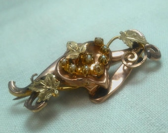 Rose gold brooch of Bourbon period, with yellow gold vine leaves and 8 pearls