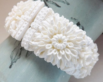 1950s hinged clamper bracelet Featherweight Bubbleite Featherlite floral chrysanthemums celluloid white wedding cake