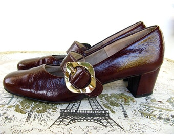 Vintage 1960s Mod Brown Patent Leather Mary Janes Low Heels with Shaped Gold Buckle Risqué Brand Size 7.5 AA Excellent Condition