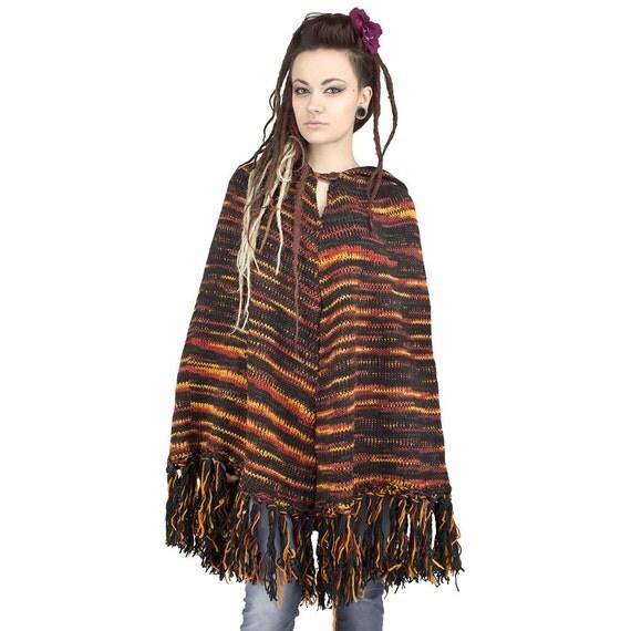 poncho en laine rouge orange noir avec longue capuche. Black Bedroom Furniture Sets. Home Design Ideas