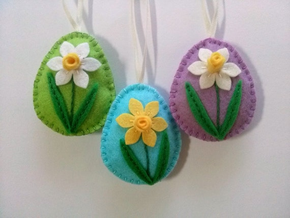 Felt easter decoration - felt egg with daffodil flower / choice of background color green,blue,lilac