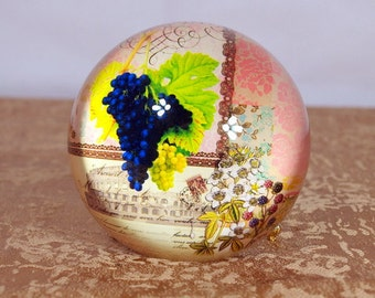 paper weight, domed glass, grapes, vintage, collectable