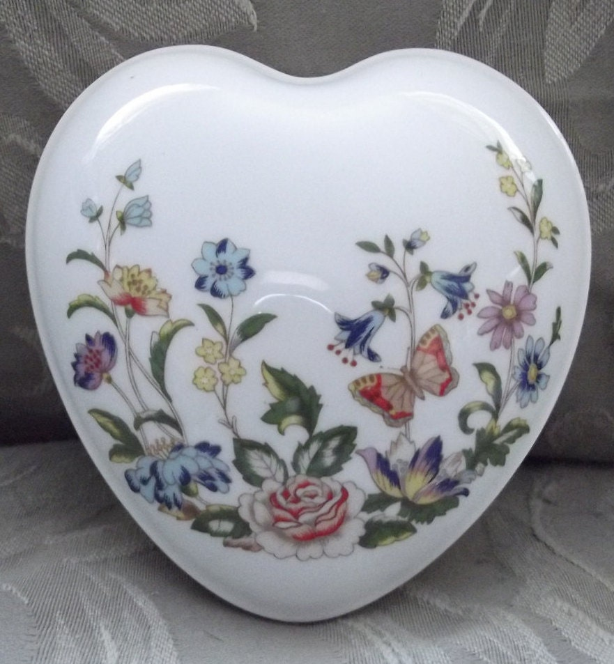 Aynsley heart shaped porcelain jewellry box aynsley fine for Heart shaped engagement ring box