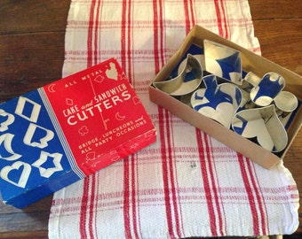 Vintage Cake and Sandwich Cutters, In Box!  Tres Retro!