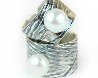 Anillo de plata con textura secreta, oxido y perla natural cultivada.