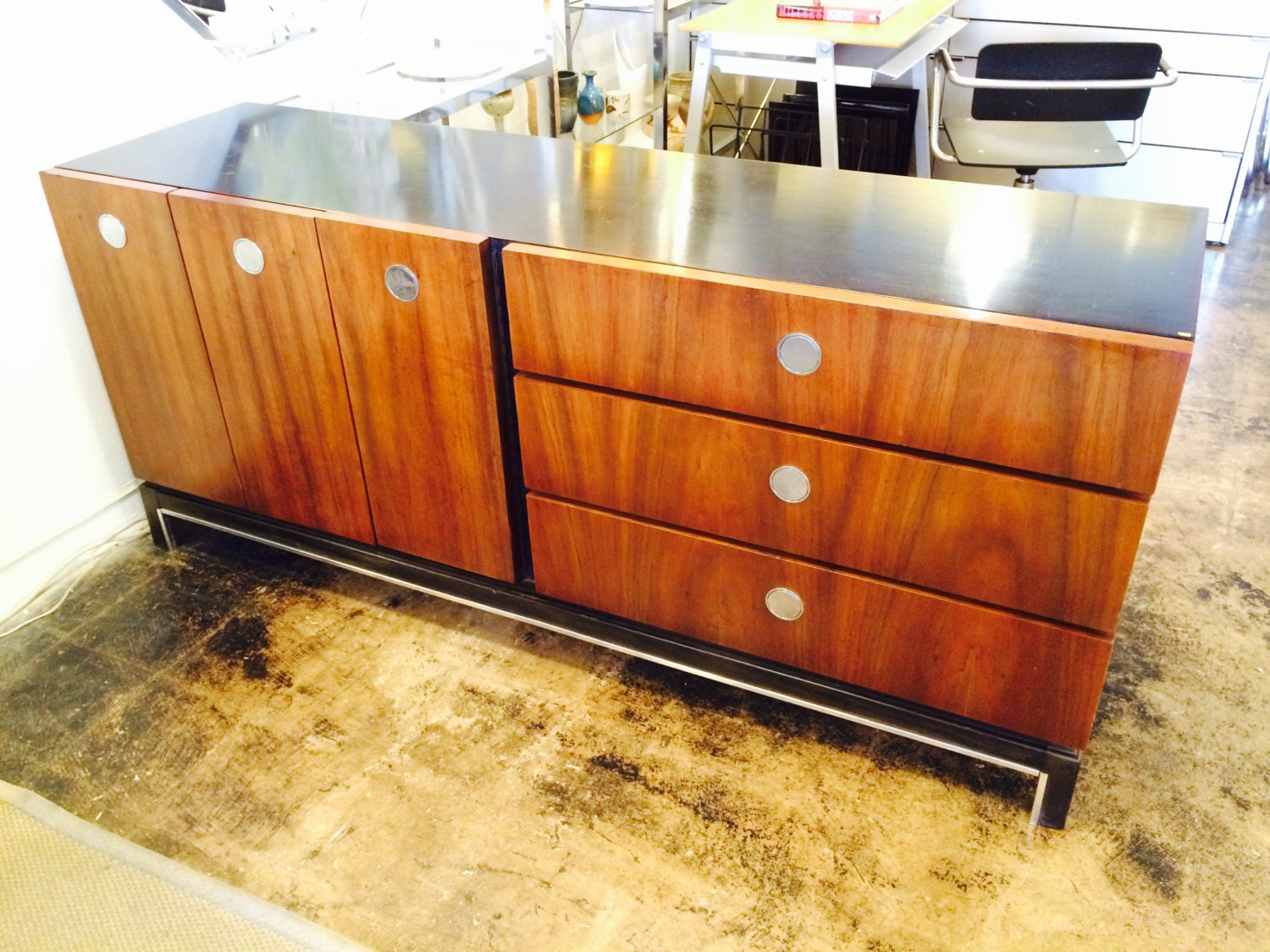 florence knoll style mid century noyer buffet bahut circulaire. Black Bedroom Furniture Sets. Home Design Ideas