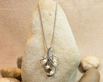 Charming Pearl Pendant with 925 silver chain