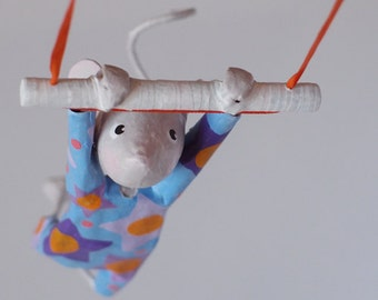 "Little mouse ""Jolie Zelie"", trapeze artist, mobile in papier-mâché"