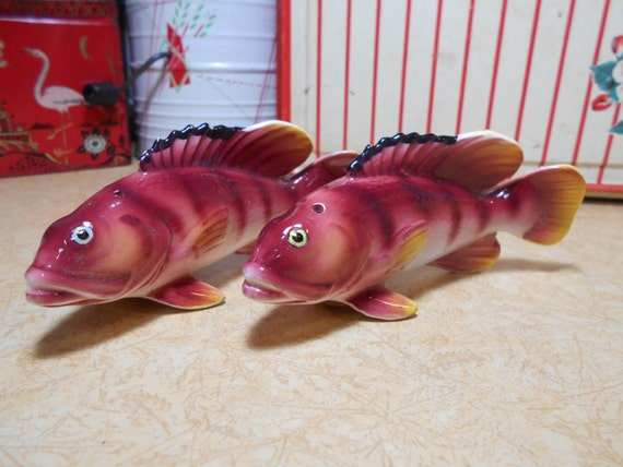 1950s retro salt pepper shakers fish trout red yellow for Fish salt and pepper shakers