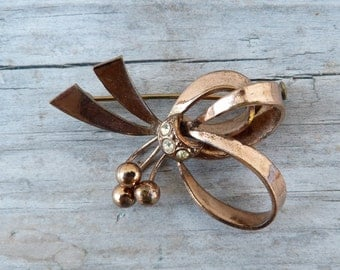 Vintage 1930s/1950s BOW brooch adorned with rhinestones